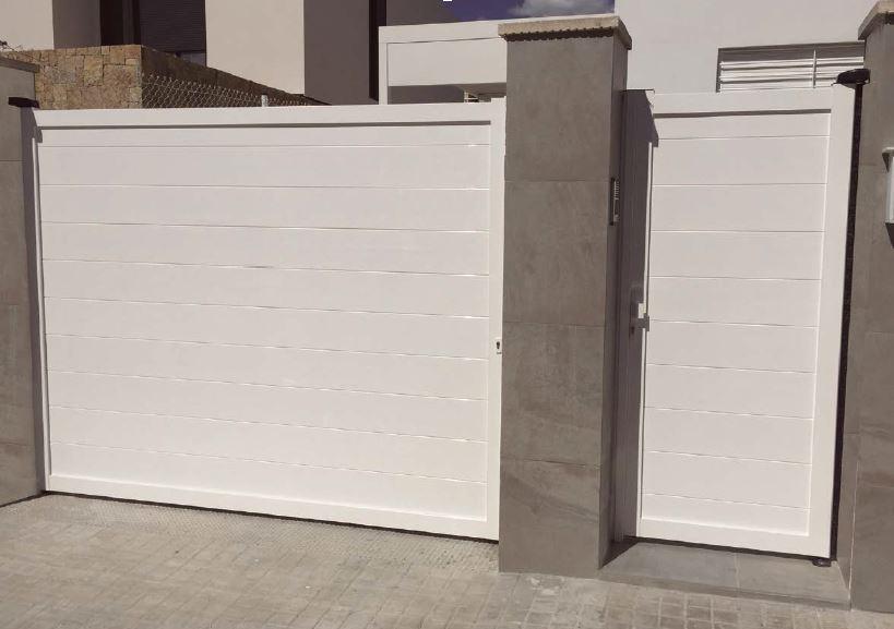 Puerta abatible aluminio Alicante